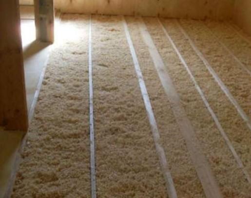 Как утеплить опилками потолок бани